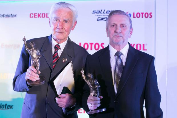 Roman Korynt (z lewej) i Zdzisław Puszkarz (z prawej) ze statuetkami za wspólne zwycięstwo w plebiscycie na 70-lecie Lechii.