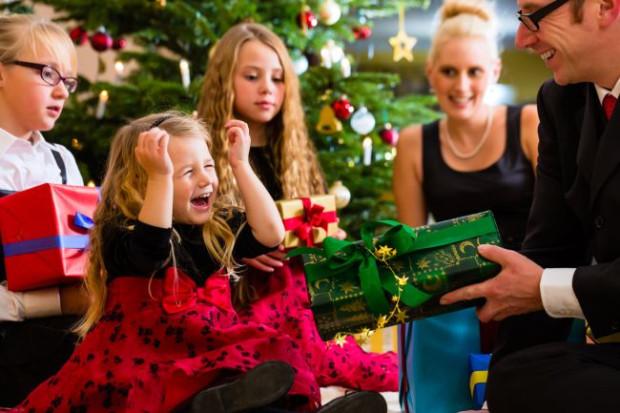 Obdarowywania się prezentami w święta to piękny zwyczaj, ale co dom, to obyczaj. Niektórzy sprawiają prezenty tylko dzieciom, inni losują osobę, dla której będą go przygotowywali, a jeszcze inni obdarowują wszystkich, z którymi spędzają święta. Jakie są wasze zwyczaje?