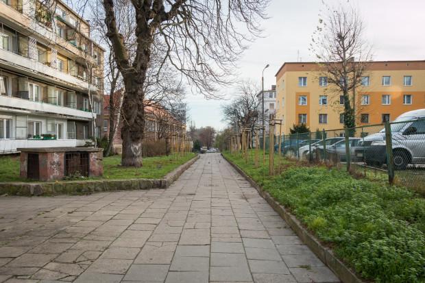 Deptak na odcinku bliżej ul. Waryńskiego. Po prawej widoczny parking.
