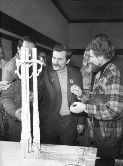 Robert Pepliński prezentuje Lechowi Wałęsie projekt pomnika Poległych Stoczniowców.