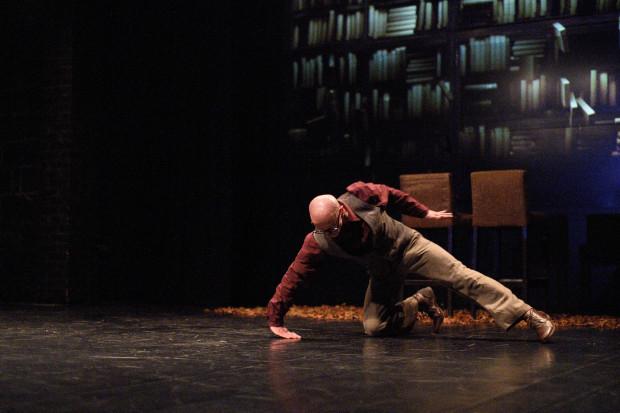 Dzięki efektownym i przygotowanym z wyczuciem wizualizacjom Łukasza Borosa, Jacek Krawczyk tańczy swoje solo na tle pokaźnej biblioteczki.