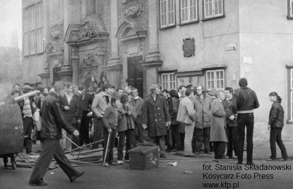 Starcia z milicją podczas manifestacji, która odbyła się 1 maja w centrum Gdańska. Na zdjęciu widać kilkunastoletnich chłopców.