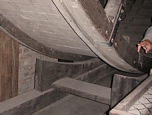 Hamulce na kołach napędzających dźwig w Żurawiu sa niezbędne, by mechanizm działał bezpiecznie.
