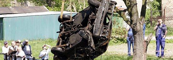 Choć zdarzają się przypadki beznadziejne (takie jak ten spalony i utopiony w Kanale na Stępce w Gdańsku samochód), często można skutecznie zwalczyć nieprzyjemne zapachy wydobywające się z wnętrza auta.