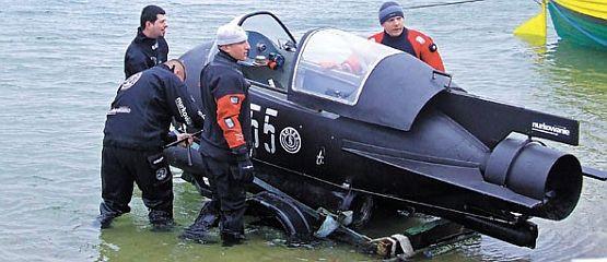 Mariusz Szymański zbudował łódź z pomocą kolegów z Grupy Akwanautów Militarnych. Oni też uczestniczą w jej wodowaniu.
