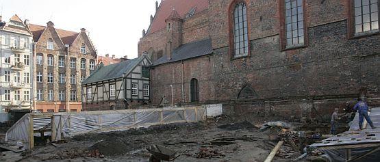 Teren pomiędzy halą targową, a kościołem św. Mikołaja skrywał wiele tajemnic starego Gdańska. Oprócz piwnicy byłego klasztoru archeolodzy odkryli tam również cmentarzysko, które funkcjonowało tam od XI wieku.