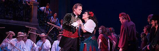 """Gdańska inscenizacja """"Barona cygańskiego"""" przygotowana została z rozmachem. Barwne, wykończone do ostatniego detalu kostiumy, natychmiast przyciągają uwagę."""