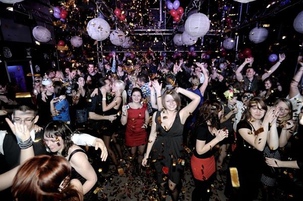 Podczas imprez sylwestrowych nie tylko wypada, ale wręcz należy zaszaleć. Dla miłośników przebieranek trójmiejskie kluby przygotowały bogatą ofertę imprez tematycznych. Na zdj. impreza sylwestrowa w klubie Parlament.