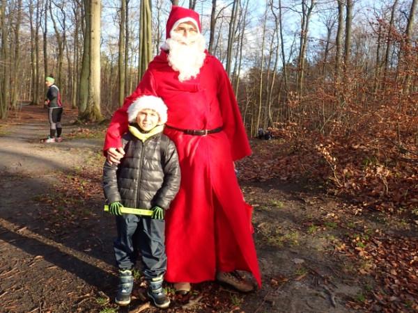 Mikołajkowy Rajd z Kompasem zdominowały rodziny z dziećmi. Po Trasie Smerfowej podążał też Mikołaj roznoszący smakołyki dla małych i dużych.