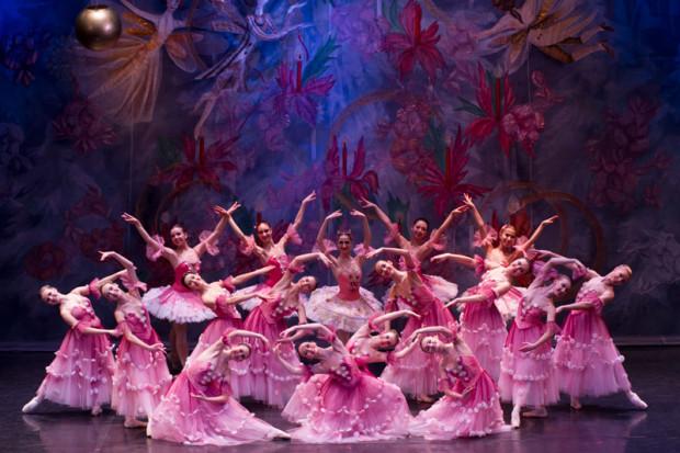 """Piękne kostiumy, efektowna scenografia złożona pięknie zdobionych kilimów i pozbawiona fajerwerków, ale poprawnie wykonywane figury baletowe """"Dziadka do orzechów"""" przypaść mogły do gustu zarówno małym (zwłaszcza I akt), jak i dużym (II akt) widzom."""