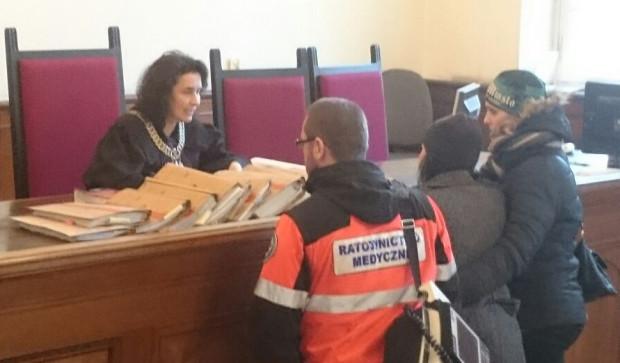 Matka jednej z ofiar wypadku zasłabła na sali sądowej i wezwano do niej pomoc medyczną.