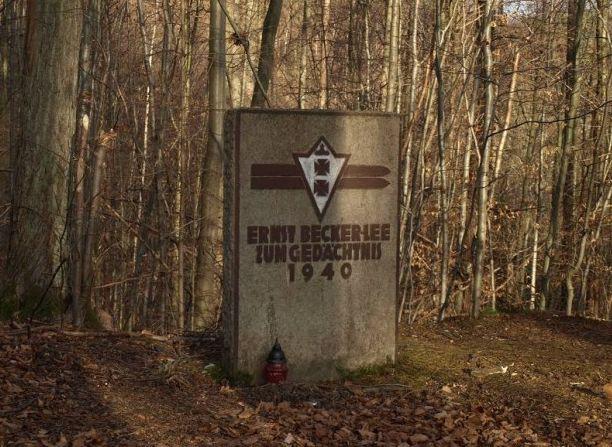 Pomnik upamiętniający śmierć w wypadku skoczka narciarskiego Ernsta Becker-Lee w pobliży skoczni w Oliwie.