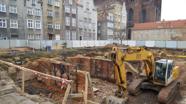 Na działce przy św. Ducha rozpoczynają się prace budowlane. Niektóre mury piwnic po demontażu wrócą na swoje miejsce.
