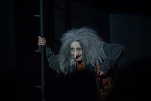 """Elżbieta Mrozińska w """"Śnieżce i krasnoludkach"""" Teatru Miejskiego świetnie wykorzystała doskonałą charakteryzację i stworzyła przebojową postać złej Czarownicy."""