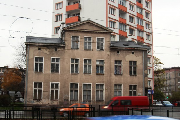 W tym domu, który niegdyś stał w pewnym oddaleniu od ulicy, na działce ze sporym ogrodem, mieszkał przed wojną mjr Jan Żychoń, szef polskiego wywiadu w Wolnym Mieście Gdańsku.