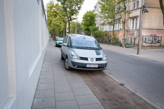 Chodnik z płyt o szerokości 50 cm. Kierowcy aut na zdjęciu nie pozostawili minimalnej przestrzeni dla pieszych.