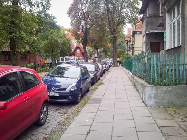 Ul. Kossaka z uporządkowanym parkowaniem na jezdni.