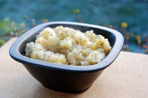 Smażone jabłka ze szczyptą soli i cukru, z oliwą z oliwek i majerankiem według przepisu mojej Mamy. Polecam, są naprawdę  pyszne.