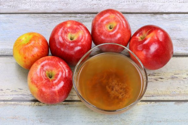Ocet jabłkowy wygładzi drobne zmarszczki i poprawi napięcie skóry. Ma też działanie bakteriobójcze, dlatego sprawdzi się idealnie u osób z cerą trądzikową, tłustą, czy ze skłonnością do wyprysków. Ale to nie wszystkie jego właściwości.
