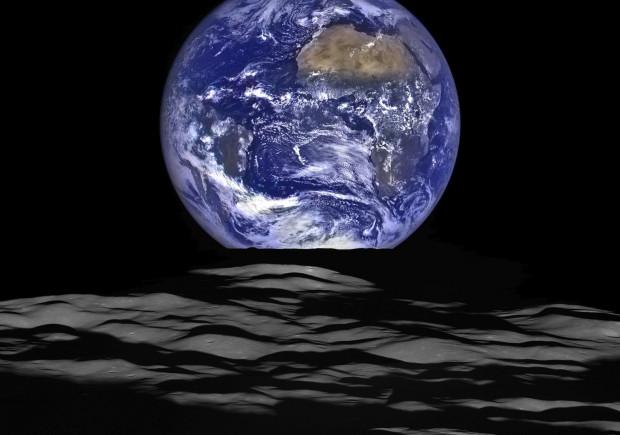 120 mln rocznie przeznacza się w naszym kraju na projekty kosmiczne, a firm z sektora kosmiczno-satelitarnego  powstaje coraz więcej. Politechnika Gdańska wspólnie z Akademią Morską i Akademią Marynarki Wojennej otwiera natomiast kierunek technologie kosmiczne i satelitarne. Na zdjęciu ziemia widziana znad księżyca.