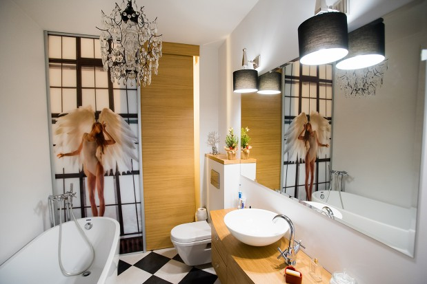 Łazienka w tym mieszkaniu została urządzona w kobiecym stylu.