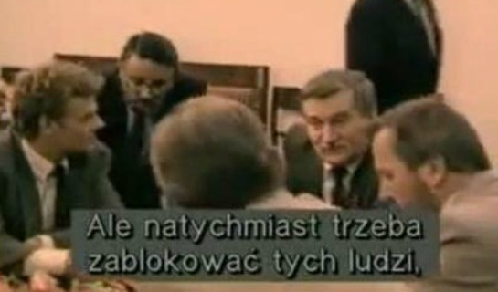 """Kadr z filmu """"Nocna zmiana"""" Jacka Kurskiego, pokazującego kulisy odwołania rządu Jana Olszewskiego."""