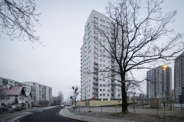 Osiedle Centralpark na tle okolicznej zabudowy. Po lewej blok 10-piętrowy.