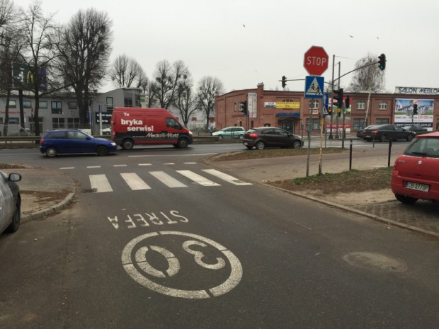 """Znak """"stop"""" przed skrzyżowaniem ul. Chopina z al. Grunwaldzką."""