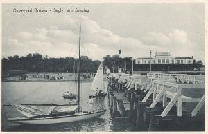 Jachty żaglowe przybijające do mola w Brzeźnie.