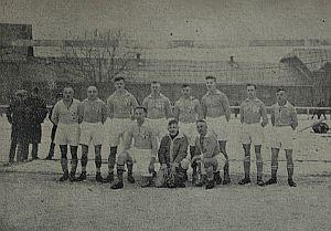 Zwycięska drużyna rozgrywek  ligi okręgowej Gdańsk w sezonie 1928/29. Reprezentacja gdańskiej policji na dziedzińcu koszar we Wrzeszczu (na boisku do siatkówki). źródło: Festschrift zum 10-jährigen Bestehen des Sportverein Sc