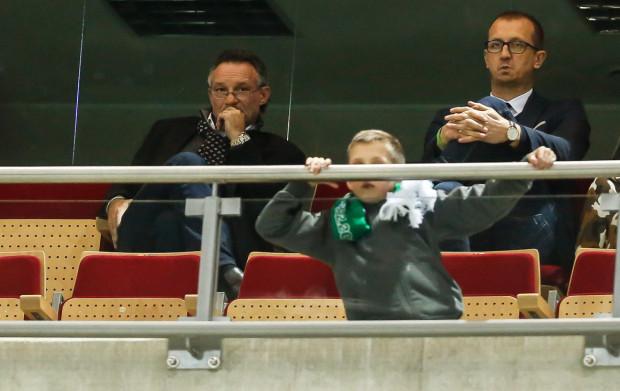 Polski Związek Piłki Nożnej pozwolił Piotrowi Nowakowi (z lewej) opuścić trybuny i poprowadzić piłkarzy Lechii. Na zdjęciu trener razem z Markiem Jóźwiakiem, szefem scoutingu i menedżerem kadry biało-zielonych.