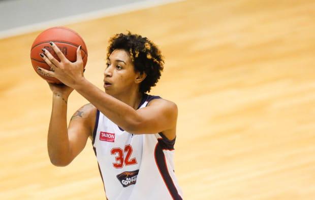 Paris Johnson (na zdjęciu) był jedną z dwóch zawodniczek Basketu obok Agnieszki Bibrzyckiej, która popisała się zdobyczą double-double. Złożyło się na nią 18 pkt i 12 zbiórek.