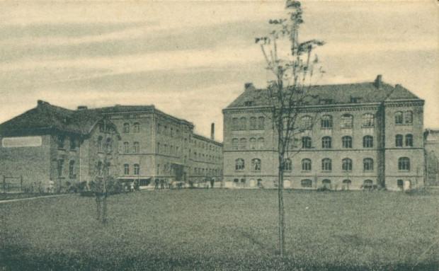 Fragment dawnej pocztówki prezentującej Urząd Mundurowy. Ze zbiorów Krzysztofa Gryndera.