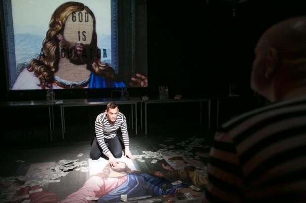 """""""God is a curator"""" - taki napis wita widzów w Czarnej Sali, tłumacząc właściwie całe przestawienie """"Kreacja"""" Teatru Wybrzeże w reżyserii Jarosława Tumidajskiego."""
