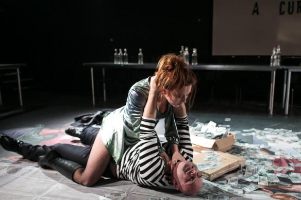 Aktorzy sprawiają pozostawionych samym sobie, grają bardzo emocjonalnie (udramatyzowane pozy jak na zdjęciu) i dość schematycznie.