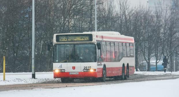 Zimą autobusy tankowane są paliwem, które pozwala na pracę silnika nawet przy temperaturze do -30 stopni.