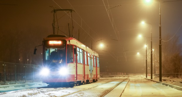 W mroźne noce na torach spotkać można nieliniowe tramwaje, które oczyszczają przewody trakcyjne z lodu.