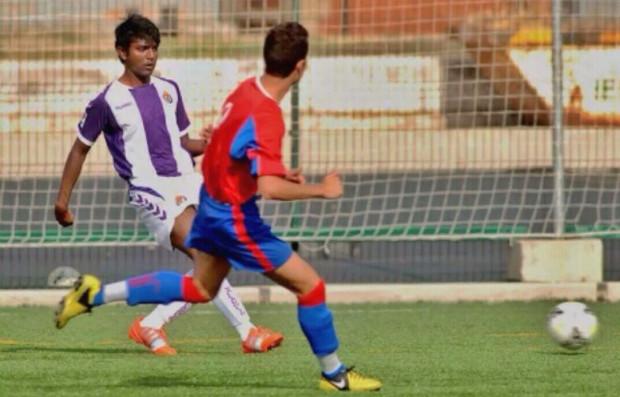 Abneet Bharti (z lewej) trenuje z rezerwami Lechii. Hindus ma za sobą występy w juniorskim zespole Realu Valladolid.