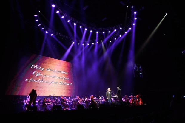 Andrei Bocellemu znakomicie akompaniowały Chór i Orkiestra Opery Bałtyckiej. Atrakcyjności prezentacjom artystów dodawały wizualizacje wyświetlane na znajdującym się za sceną ekranie.