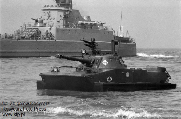 Desant morski niebieskich beretów na plaży w Jelitkowie. Czołgi pływające po opuszczeniu okrętów desantowych lądują na plaży 8 lipca 1977 r.