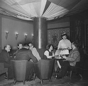 Lokale powojennej Gdyni nie miały już takiego kolorytu, jak w 20-leciu międzywojennym. Nz. otwarcie kawiarni Liliput na ul. Świętojanskiej w styczniu 1957 roku. Na dolnej kondygnacji znajdował się parkiet. Tańczące pary można było oglądać z antresoli.
