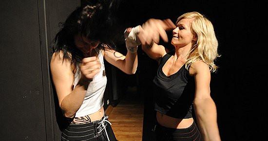 """""""Projekt walki"""" Iwony Gilarskiej i Anny Jędrzejczak-Skutnik to efektowny pokaz możliwości fizycznych obu tancerek, z którego niestety niewiele wynika."""