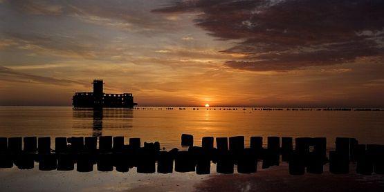 Gdyńska torpedownia w promieniach wschodzącego słońca.