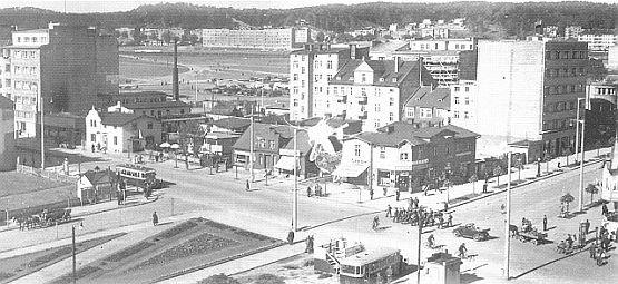 Widok na skrzyżowanie ul. Świętojańskiej i 10 lutego. Zdjęcie wykonane w pierwszej połowie lat 30.