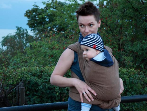 Noszenie dziecka w chuście lub nosidle jest bezpieczne tylko wtedy, jeśli rodzic robi to prawidłowo.