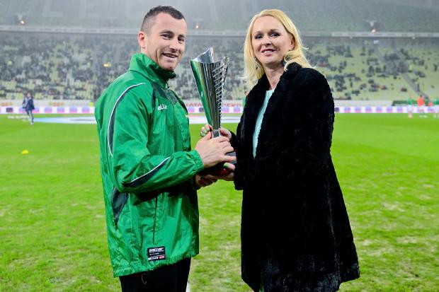 Piotr Wiśniewski odebrał nagrodę dla Ligowca 2014 roku z rąk Agnieszki Bomby, wiceprezes zarządu portalu Trojmiasto.pl.