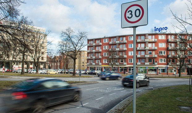 """Znak informujący o wjeżdżaniu w strefę """"tempo 30"""" - spowolnionego ruchu do prędkości 30 km/h."""