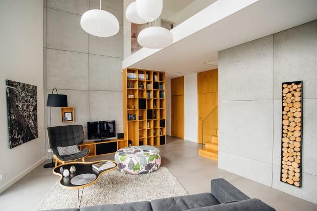 Beton, biel, szkło i drewno stanowią bazę stylu wnętrza domu pani Agnieszki i pana Piotra. Projekt: Katarzyna Dudko, Formativ.