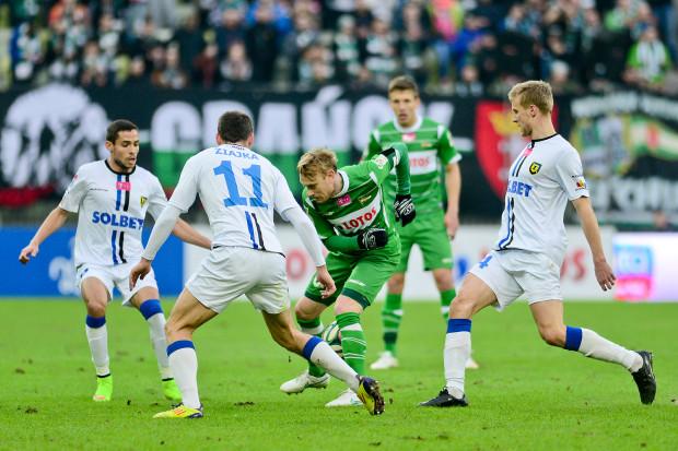 Ostatnim sprawdzianem formy dla piłkarzy Lechii przed inauguracją ekstraklasy będzie sparing z Zawiszą Bydgoszcz. Sebastian Mila (z piłką) uważa, że z formą biało-zielonych jest wszystko w porządku.