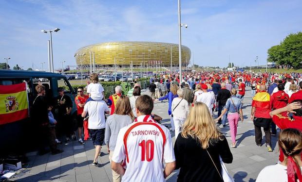 Tłumy kibiców podczas Euro 2012 przed stadionem w Gdańsku